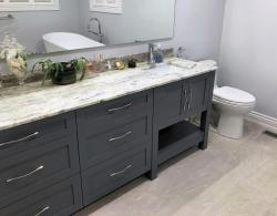 Doors & drawer fronts in Brome shaker style, Freestanding tub, chrome accessories
